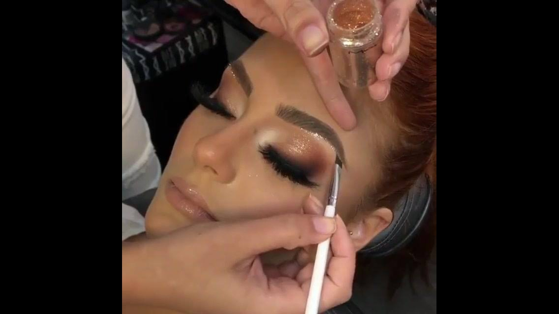 Maquiagem com detalhe em Glitter dourado