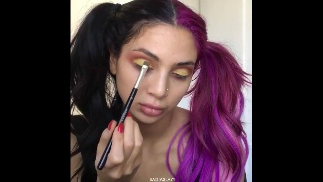 Maquiagem com esfumado marrom e sombra amarela matte