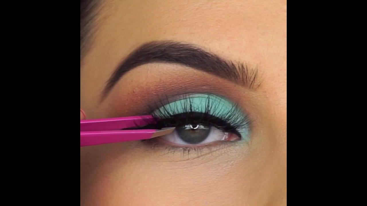 Maquiagem com esfumado marrom e sombra verde água e delineado