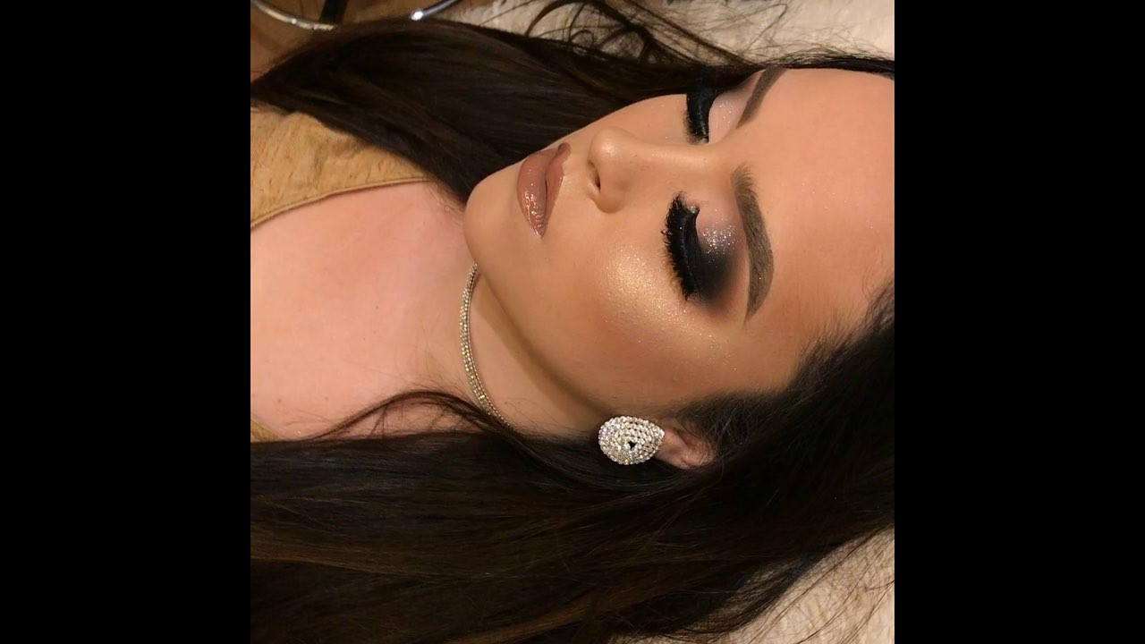 Maquiagem com esfumado preto, e pigmento prata, olha só que lindo!!!