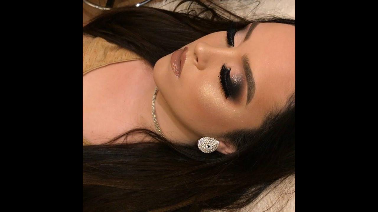 Maquiagem com esfumado preto, e pigmento prata