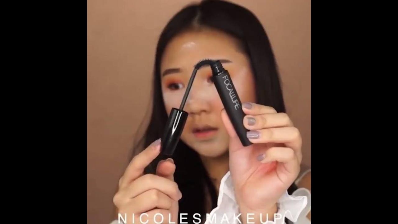 Maquiagem com esfumado vermelho e sombra amarela