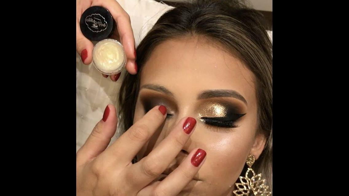 Maquiagem com Glitter dourado e esfumado preto