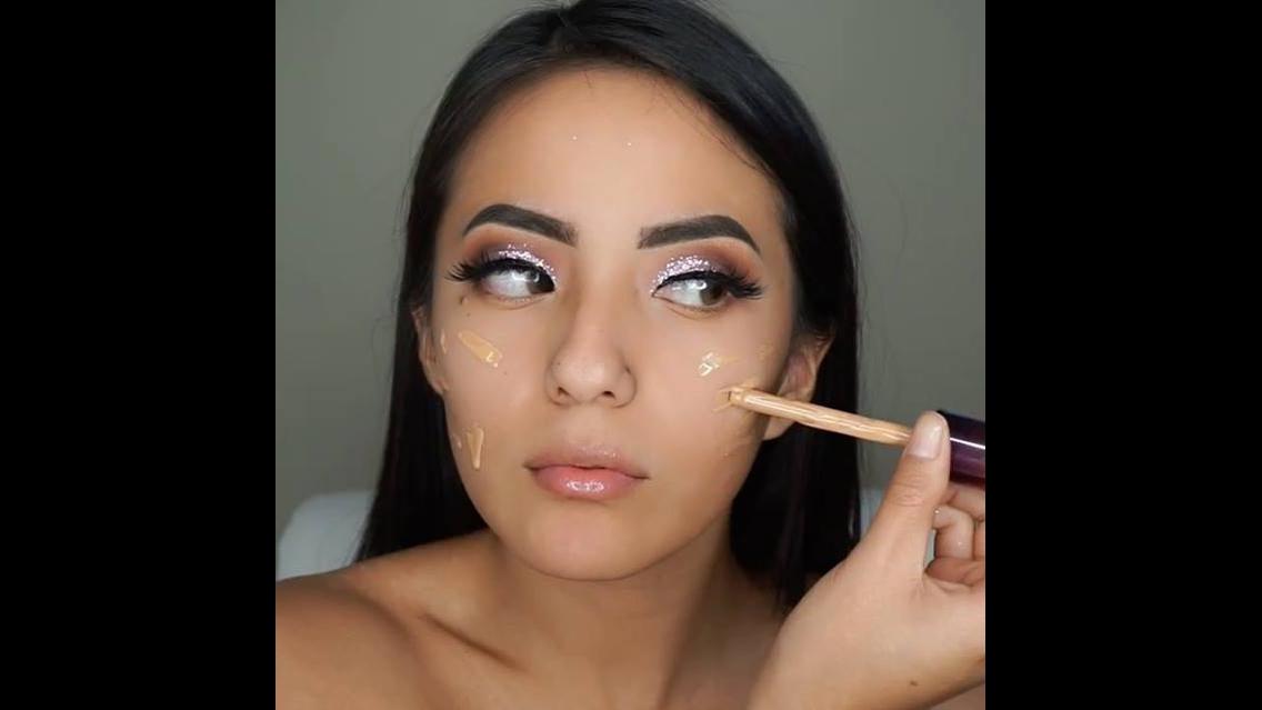 Maquiagem com Glitter e batom marrom claro