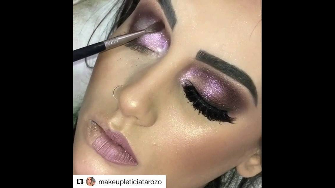 Maquiagem com olhos com brilho e batom rosa claro