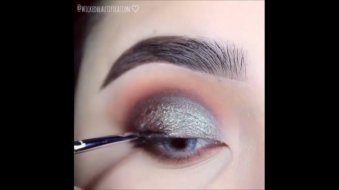 Maquiagem com prata e delineado