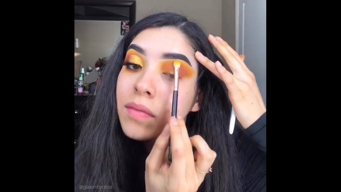 Maquiagem com sombra amarela e laranja