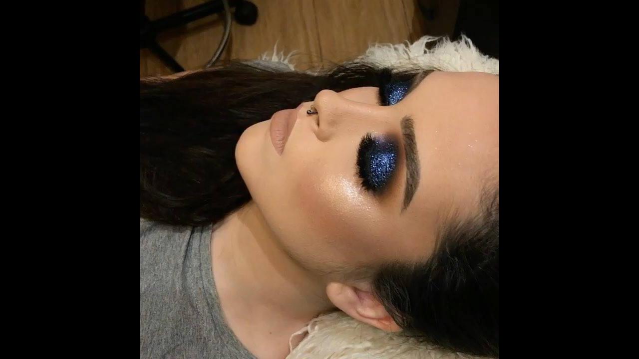 Maquiagem com sombra azul e Glitter