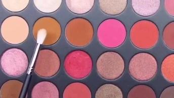 Maquiagem Com Sombra Colorida E Batom Escuro, Você Usaria Assim?