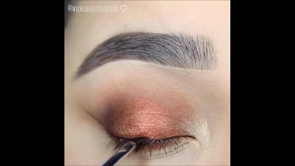 Maquiagem com sombra de cor cobre, e esfumado marrom e delineado!!!