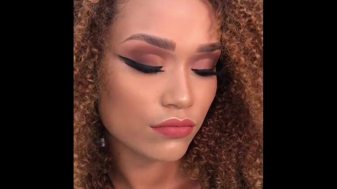 Maquiagem com sombra marrom delineado bem marcado, e batom cor de boca!!!