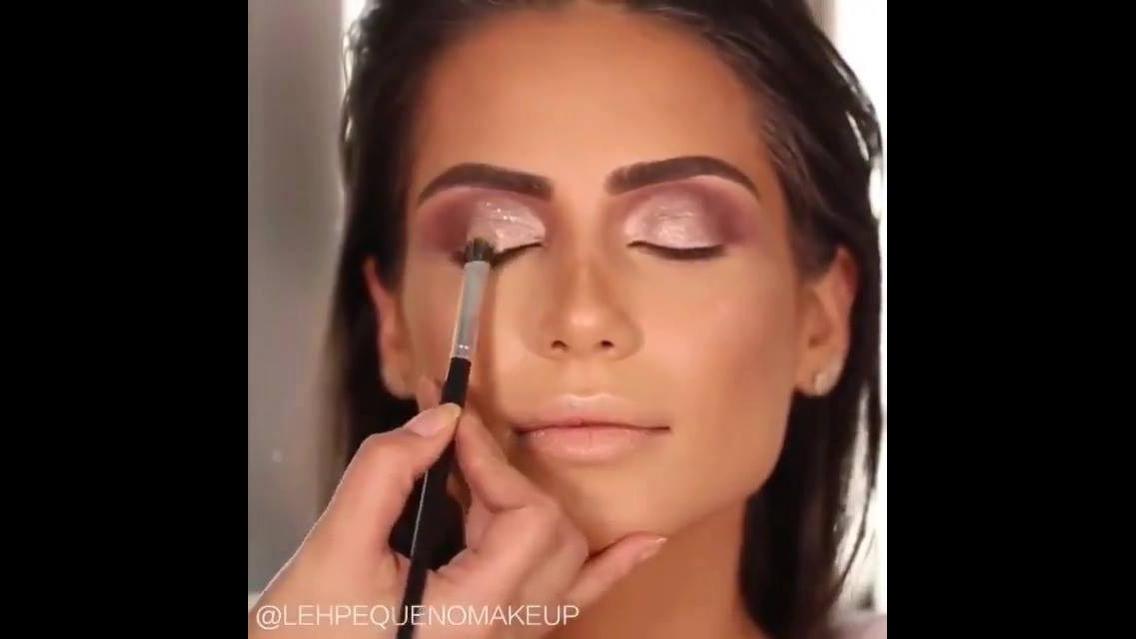 Maquiagem com sombra metálica, e gloss nos lábios