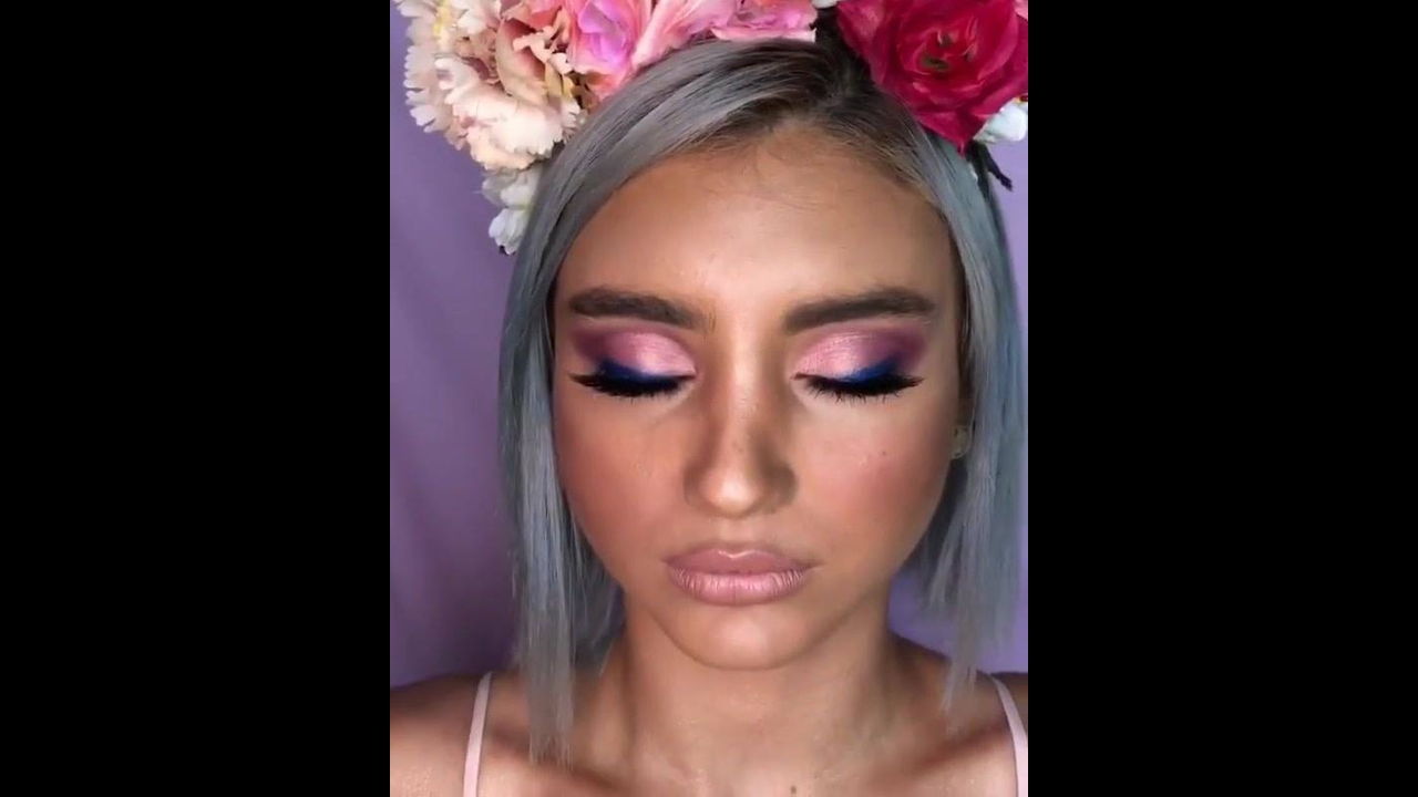 Maquiagem com sombra rosa clara e delineado