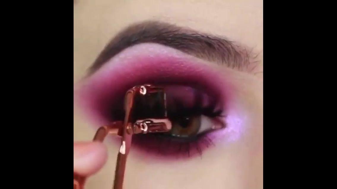Maquiagem com sombra rosa escuro