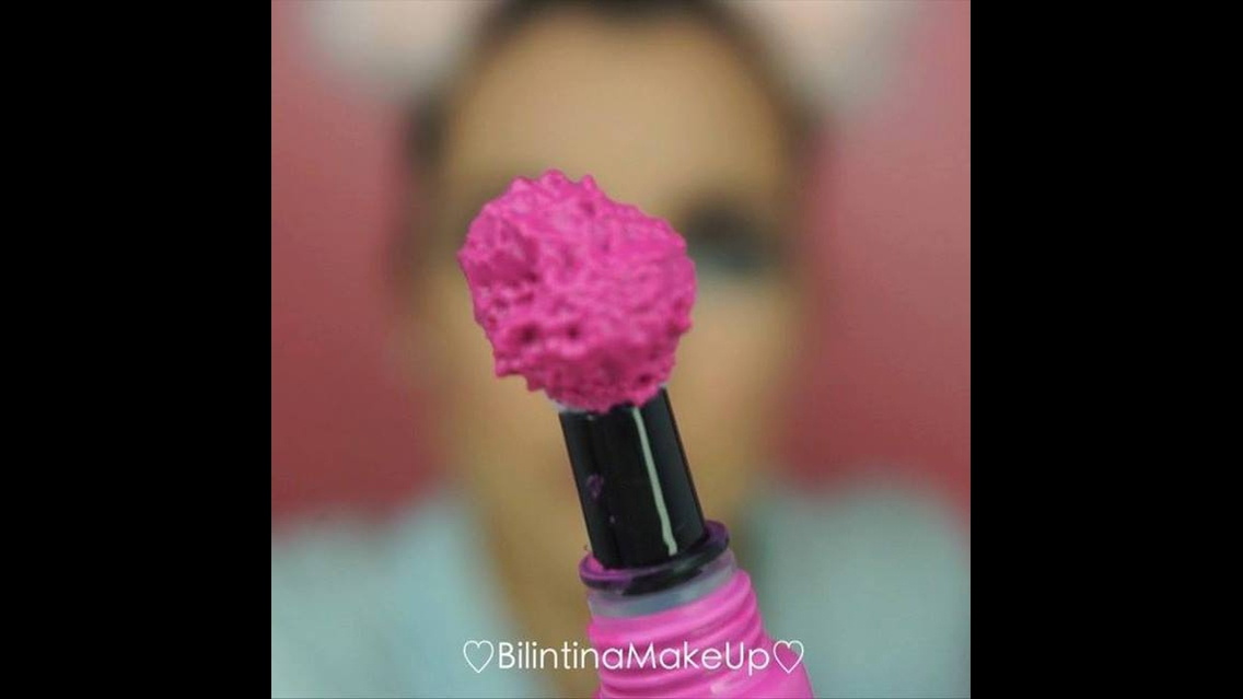 Maquiagem com sombra verde clara na parte inferior dos olhos e batom rosa