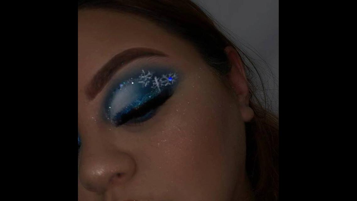 Maquiagem com tom azul e brilho