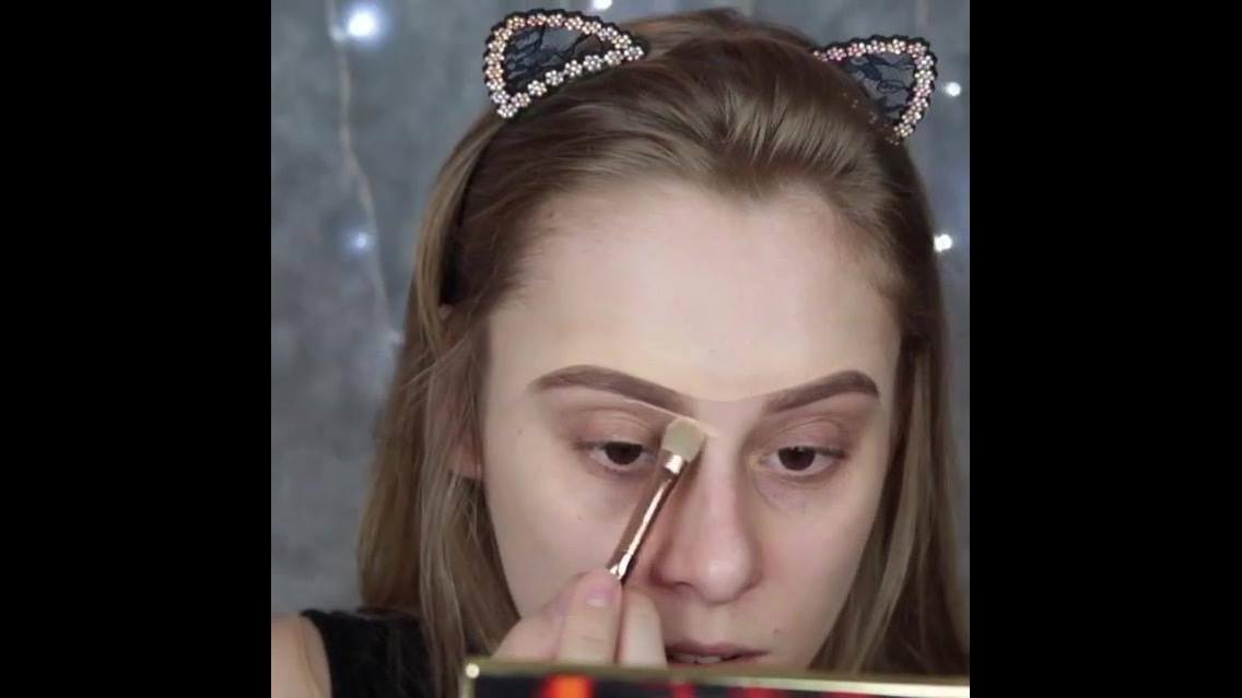 Maquiagem escura com delineado branco