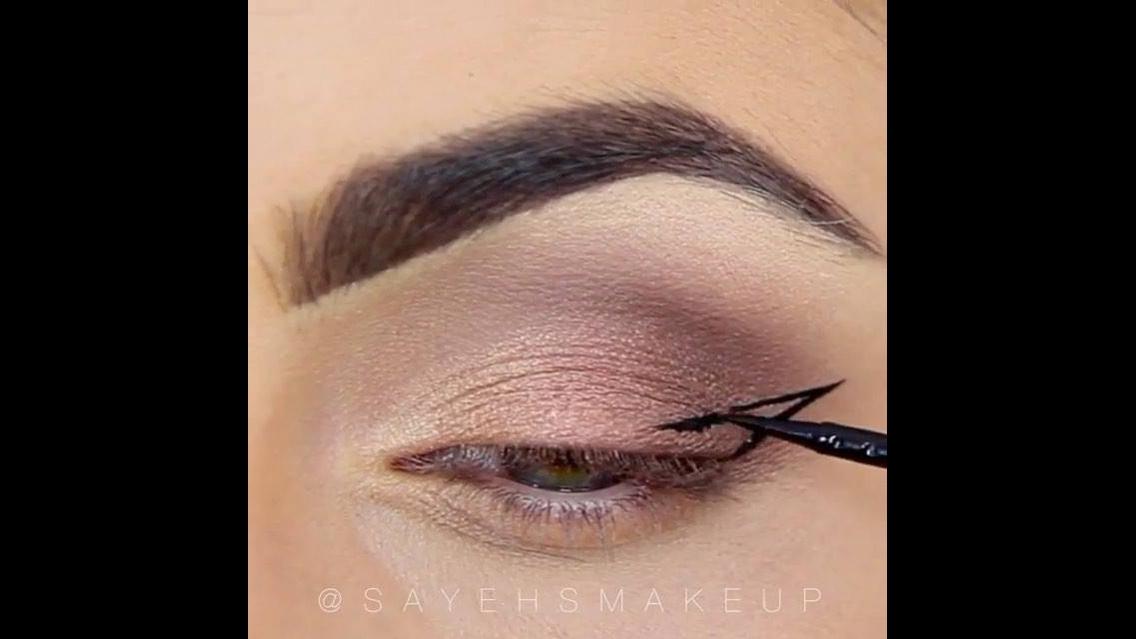 Maquiagem linda com sombra marrom e lápis azul na parte inferior dos olhos