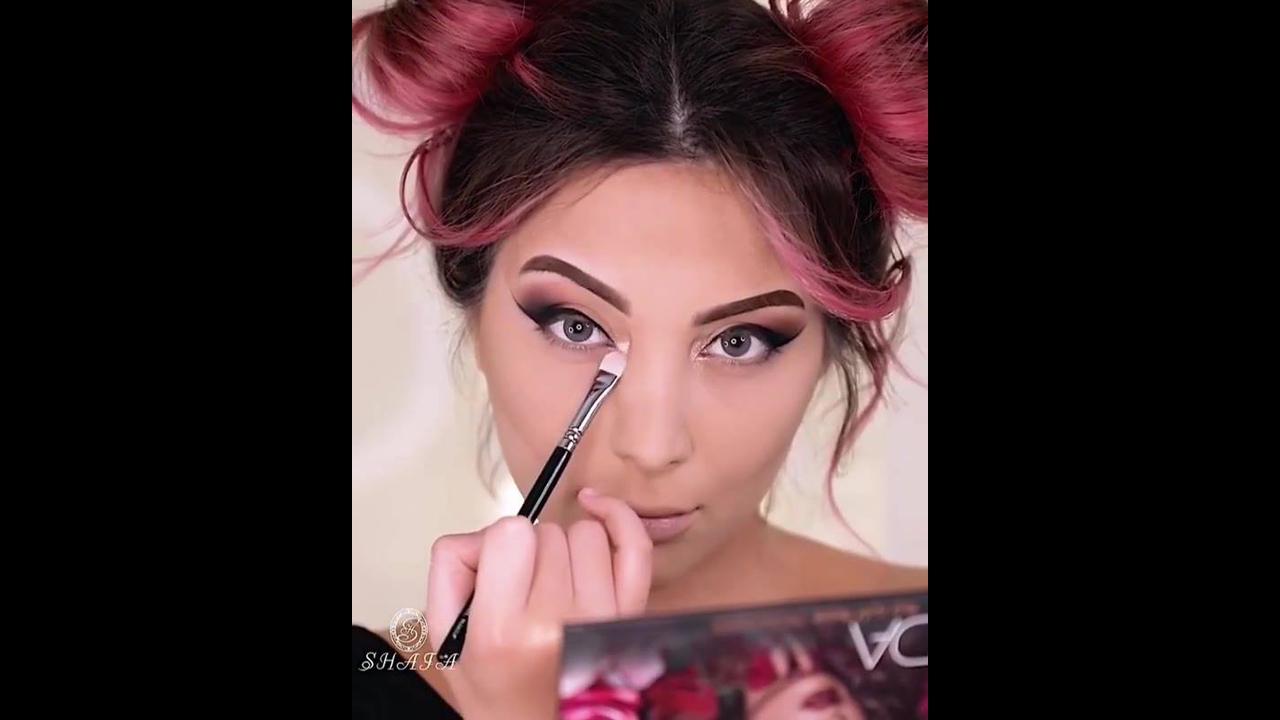Maquiagem linda com sombra rosa cintilante