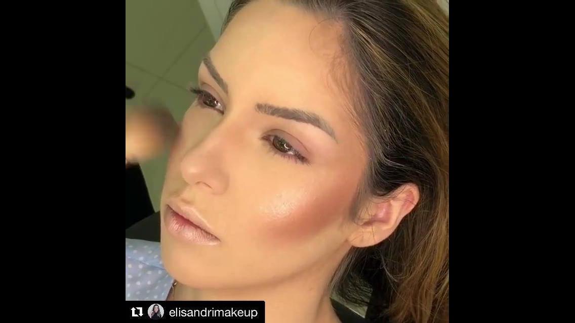 Maquiagem para formatura com sombra marrom brilhante e batom de cor nude