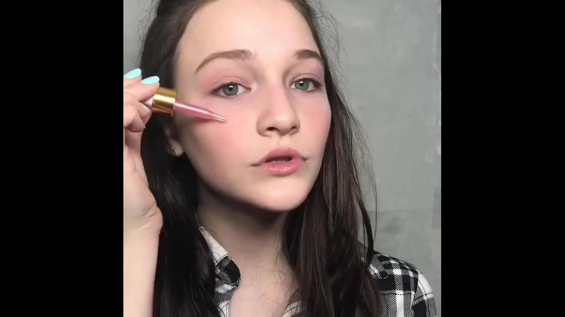 Maquiagem para garotas, olha só que linda e delicada