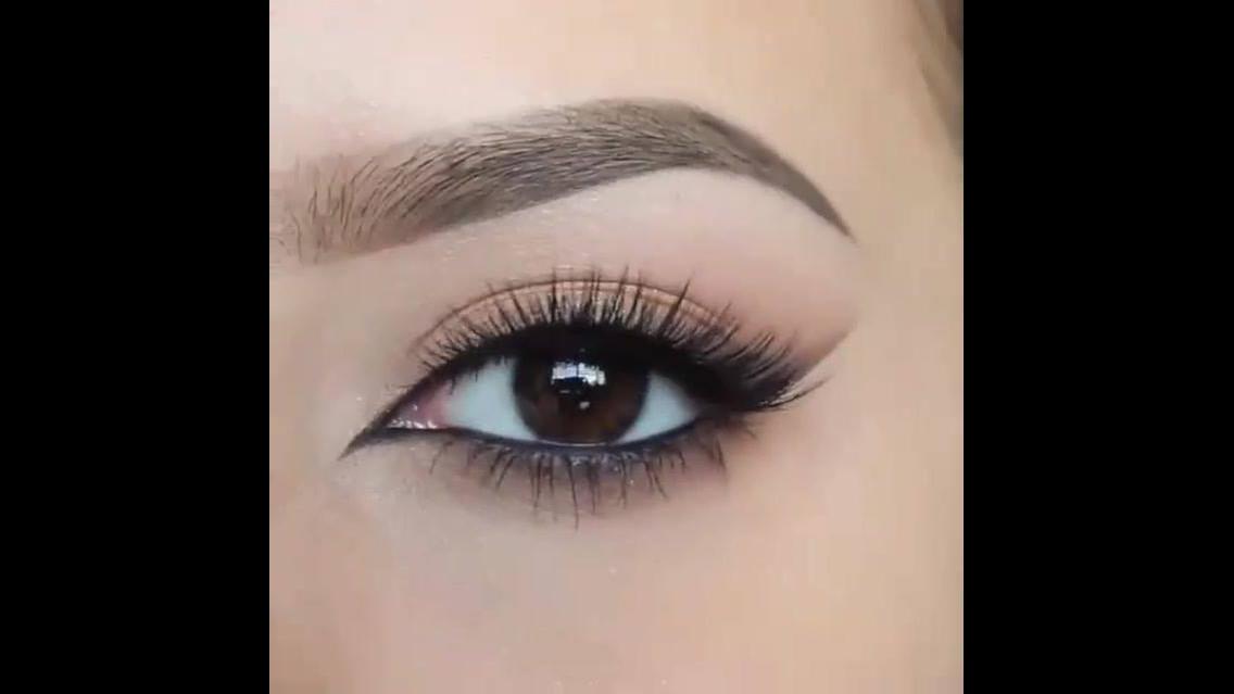 Maquiagem para os olhos com ajudinha de fita adesiva, super delicada!!!