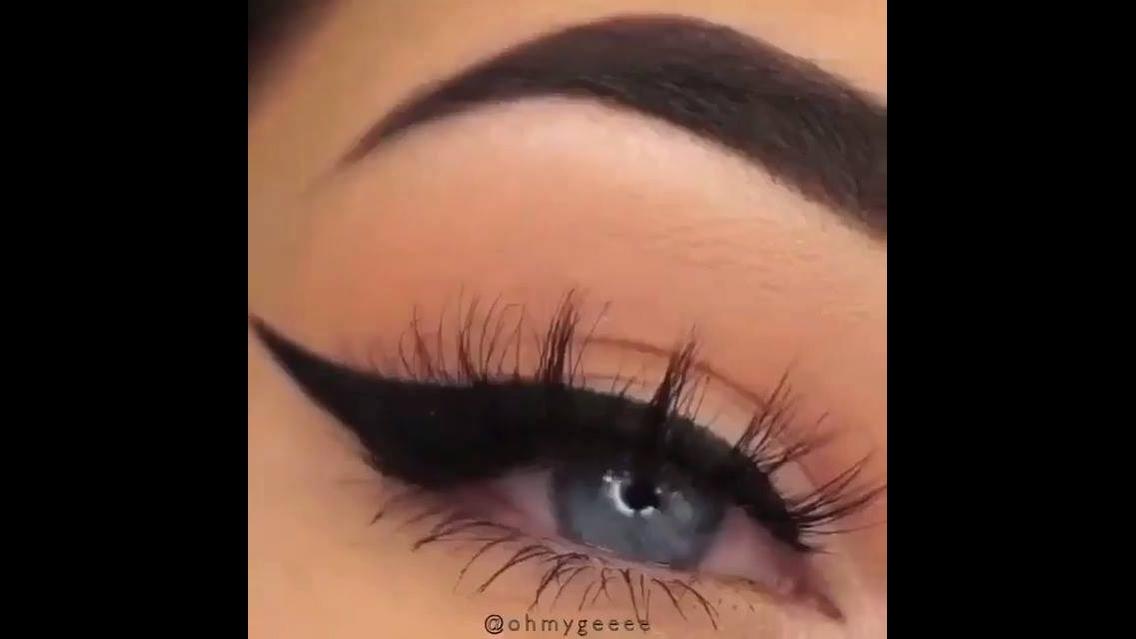 Maquiagem para os olhos com delineado maravilhoso