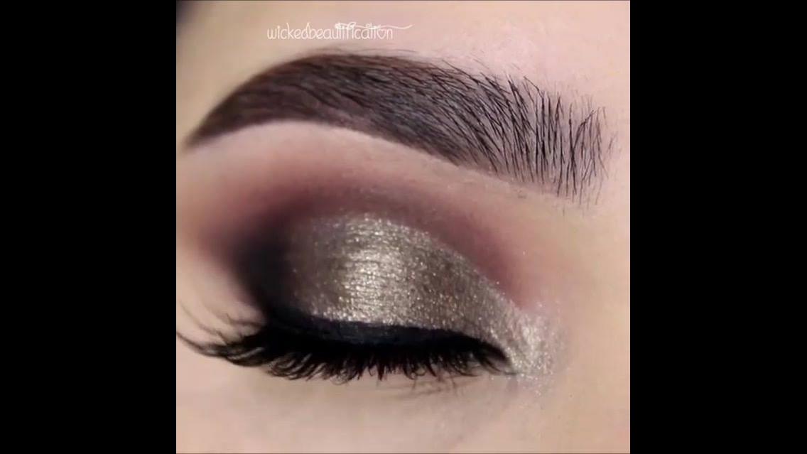 Maquiagem para os olhos com esfumado marrom escuro