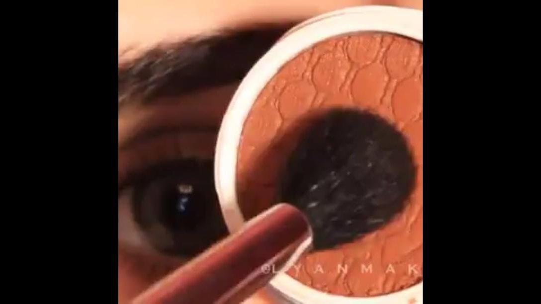 Maquiagem prateada com delineado