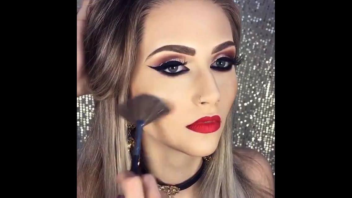 Maquiagens com delineados pretos e detalhes com brilho por cima