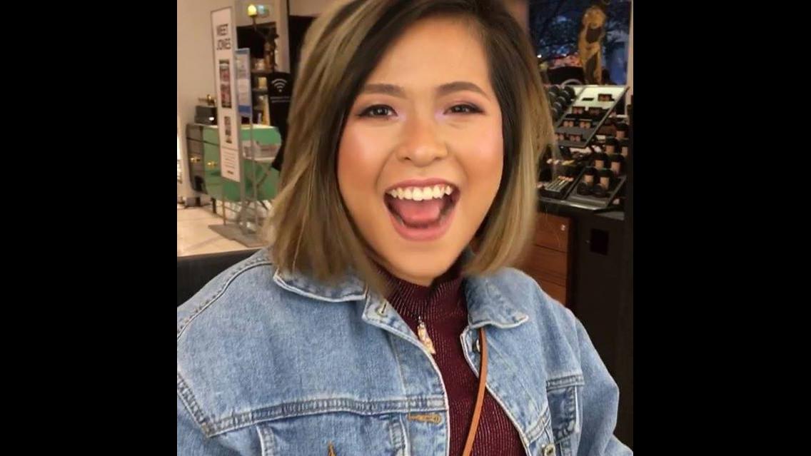 Menina brincando de antes e depois da maquiagem em loja