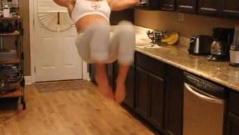 Mulher Faz Exercício Enquanto Espera Seu Lanche Ficar Pronto No Microondas!