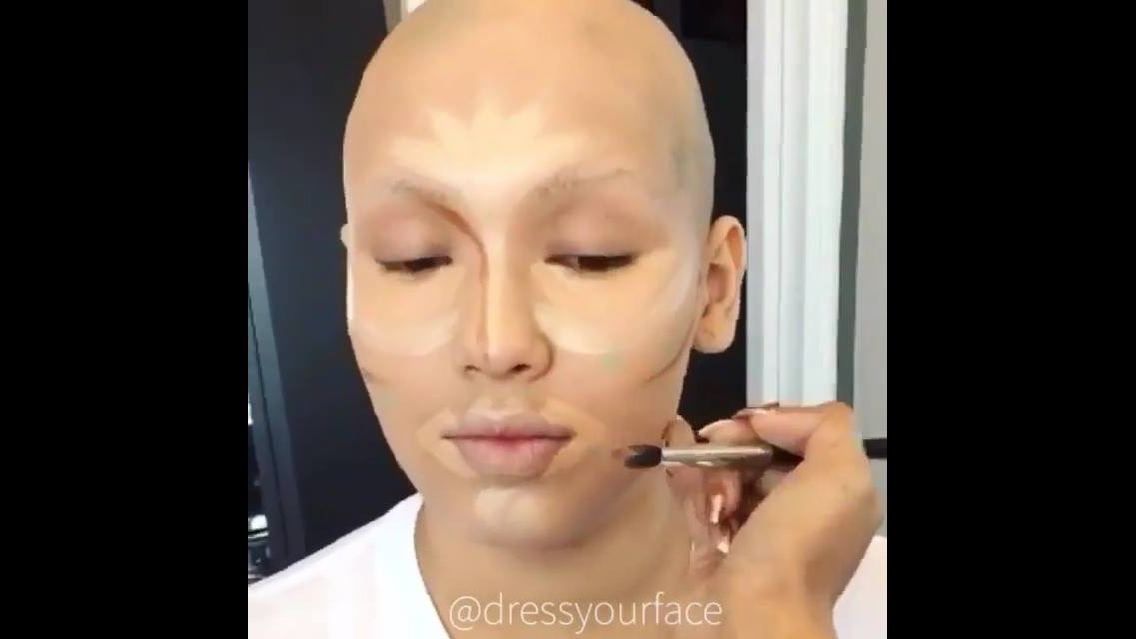 Mulher recebendo transformação após tratamento com quimioterapia