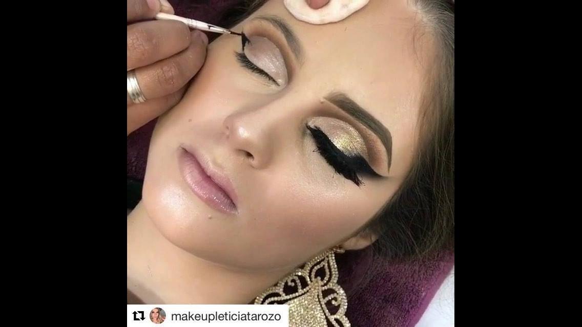 Olhos dourados com delineado preto, uma maquiagem maravilhosa!