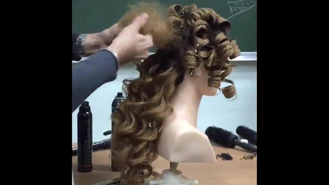 Penteado com cabelos enrolados e coroa, fica parecendo uma princesa!