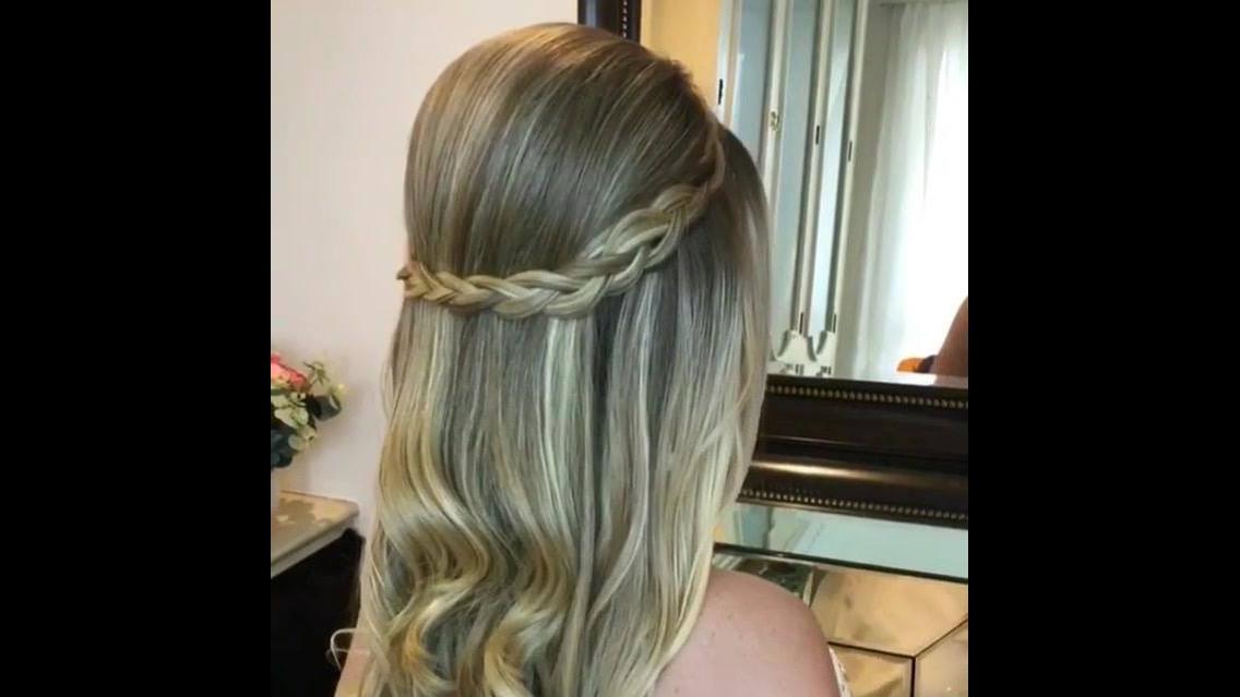 Penteado com topete e tiara de trança feito com próprio cabelo