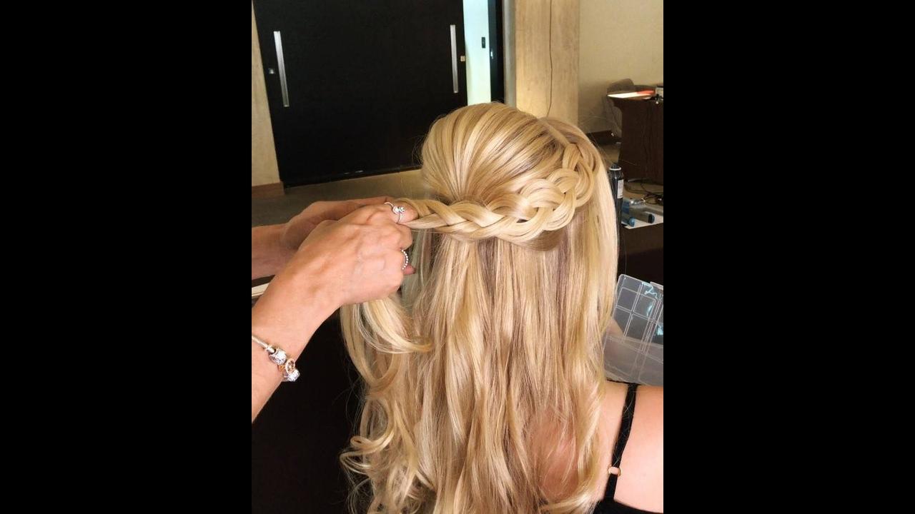 Penteado com topete e trança e restante do cabelo solto