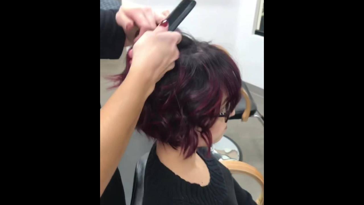 Penteado com topete em cabelo curto com franja