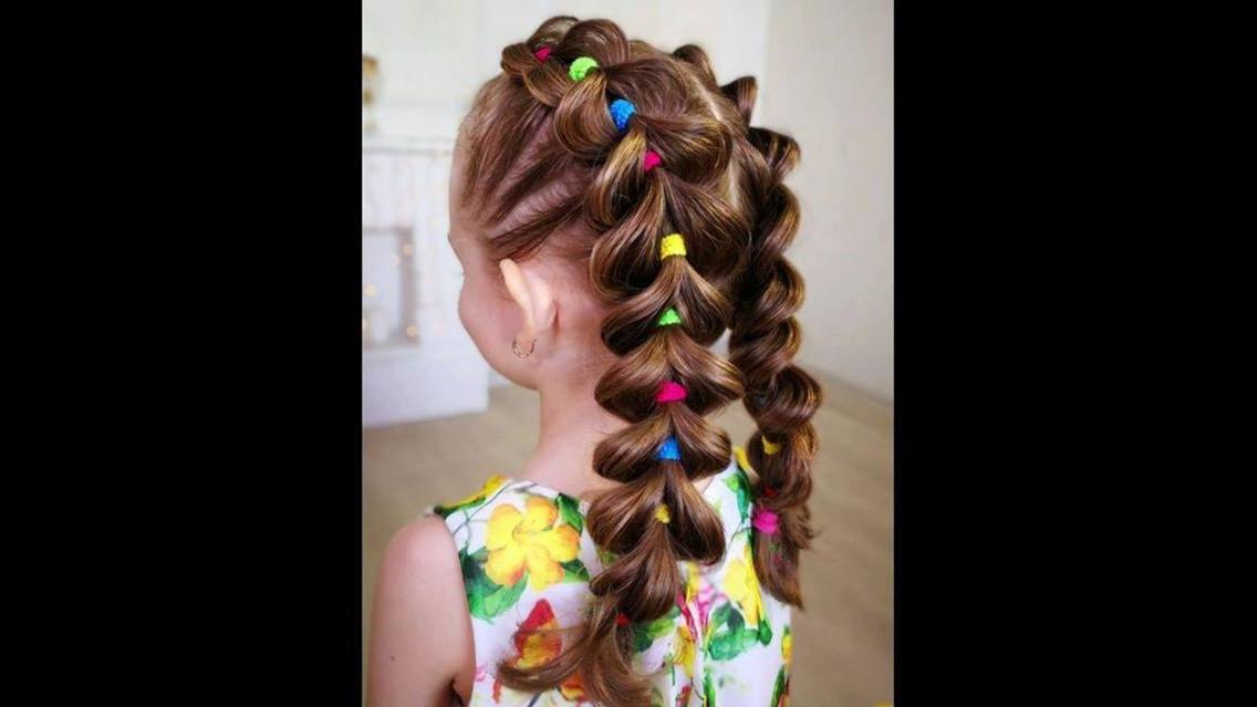 Penteado infantil com lacinhos coloridos