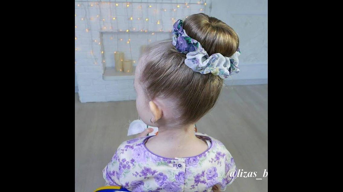 Penteado para criança, com coque lindo enfeitado com flores