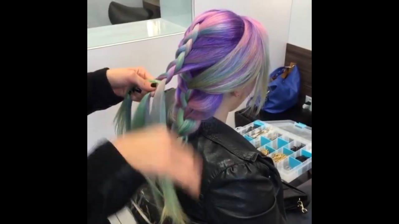 Penteados com tranças em cabelos coloridos e loiros, confira!