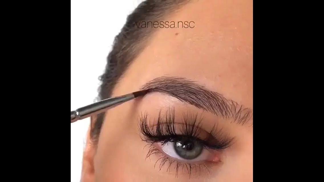 Preenchimento de sobrancelhas com maquiagem