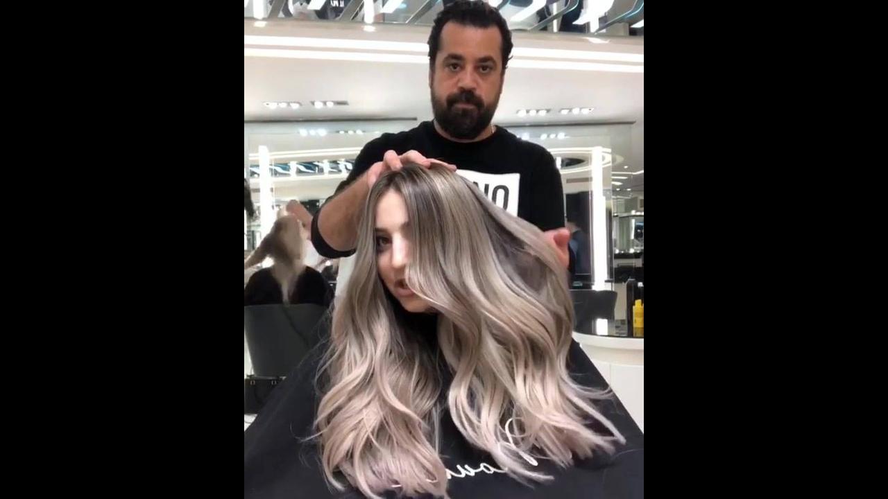 Que cabelo loiro acinzentado lindo, vale a pena conferir!