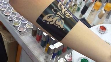 Tatuagem Temporária Feita Com Glitter, Olha Só Que Linda!