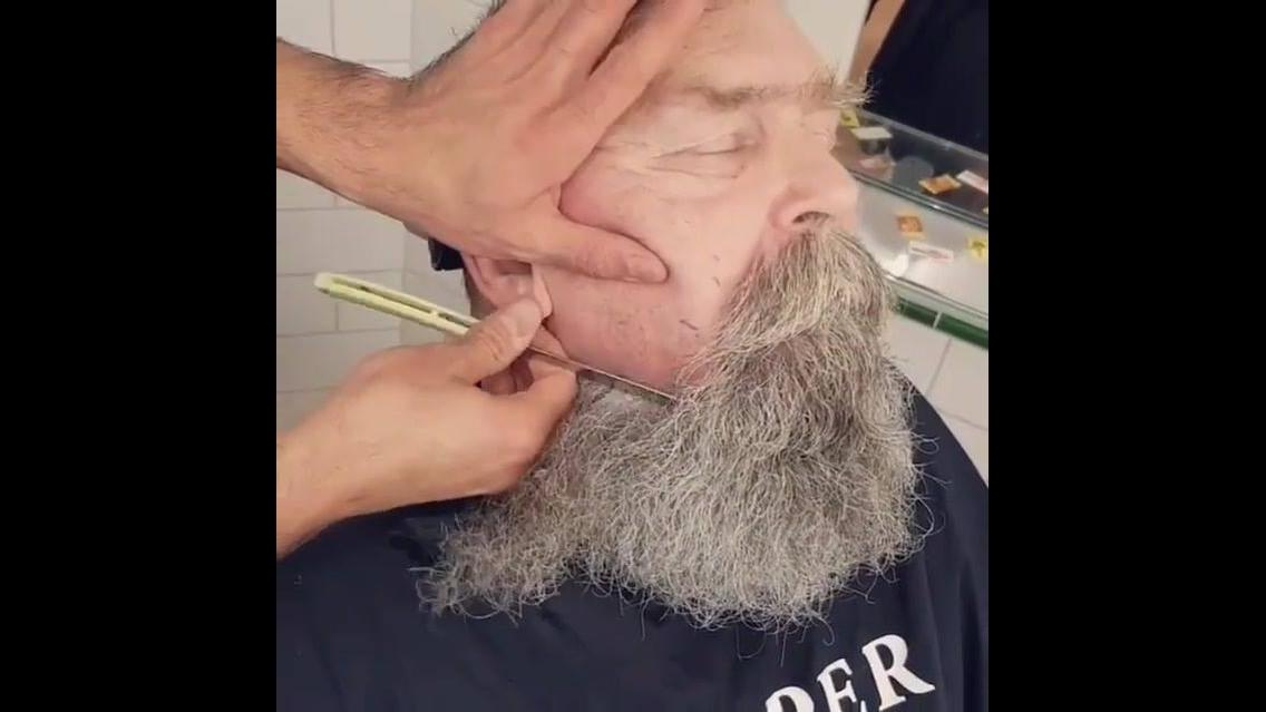 Tirando a barba com navalha