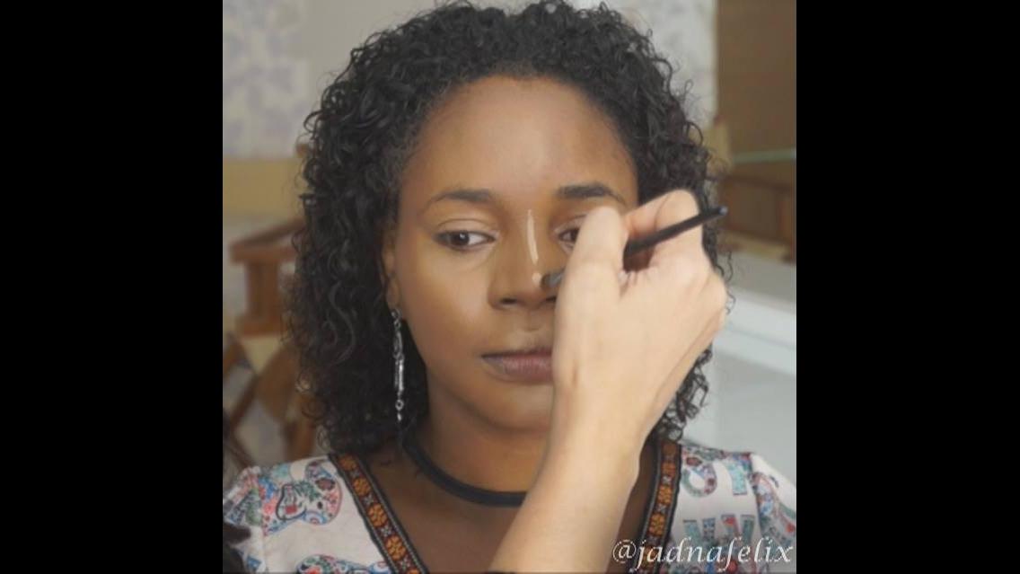 Transformação com maquiagem em modelo morena