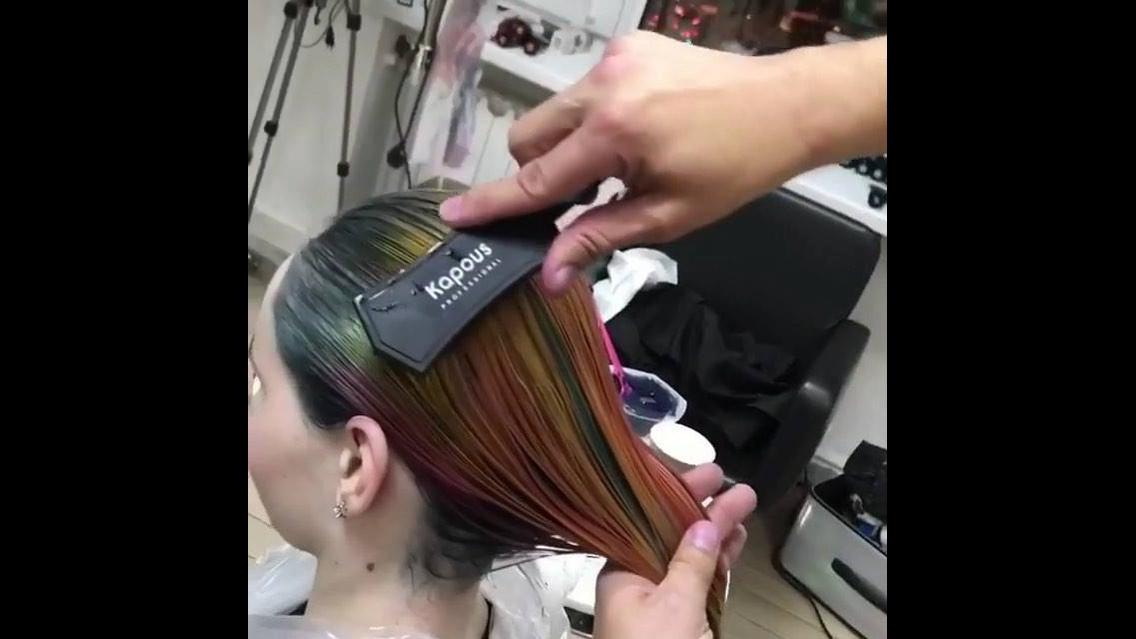 Transformação de cabelo loiro para cabelo arco-iris