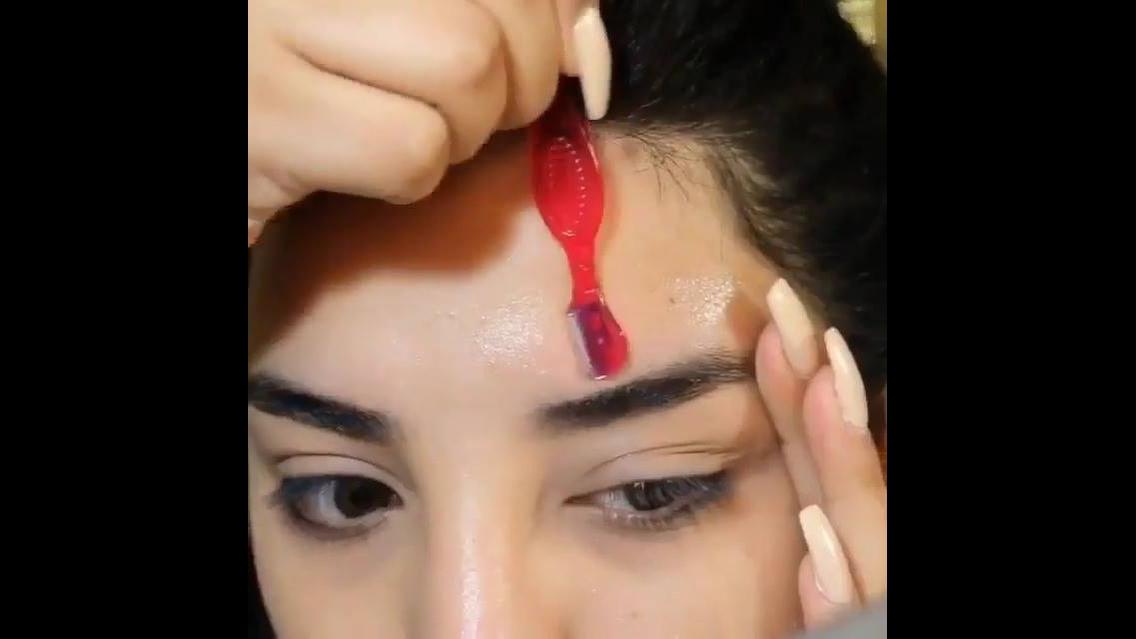 Tutorial de como fazer as sobrancelhas com navalha e vaselina