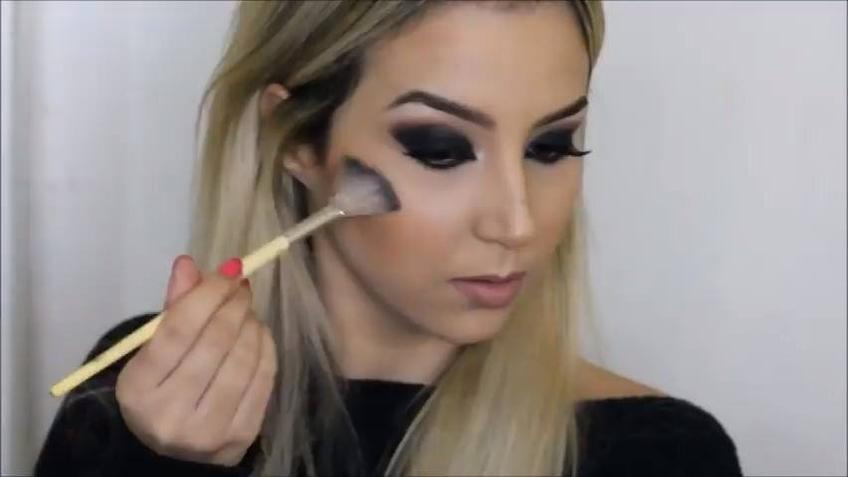 Tutorial de maquiagem com olhos esfumados e boca Nude