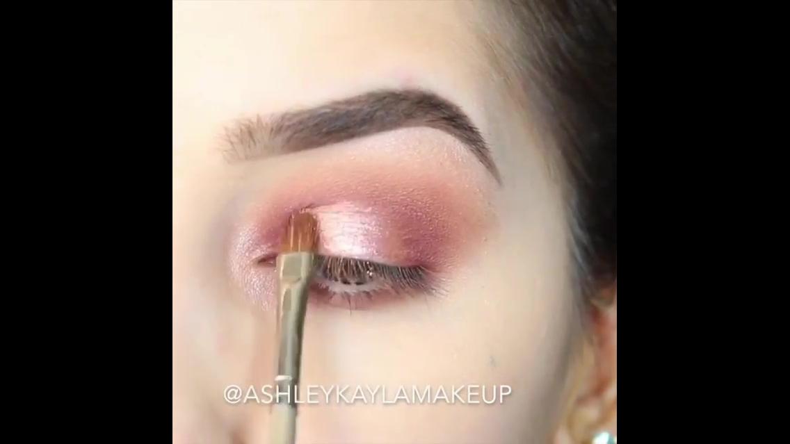 Tutorial de maquiagem com olhos marcantes